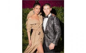Nick Jonas & Priyanka Chopra officially an item!