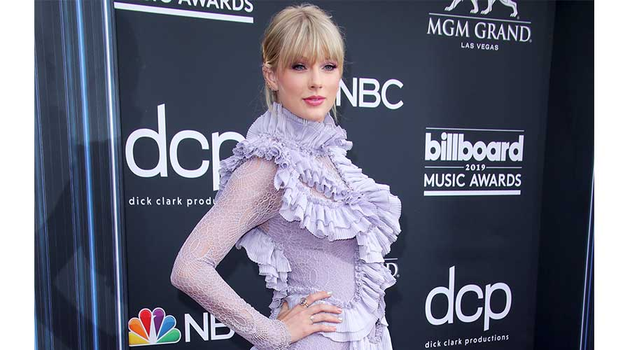 Taylor Swift Fans Want Her To Pay Off Their Student Loans Glitterati Mag The Weekly